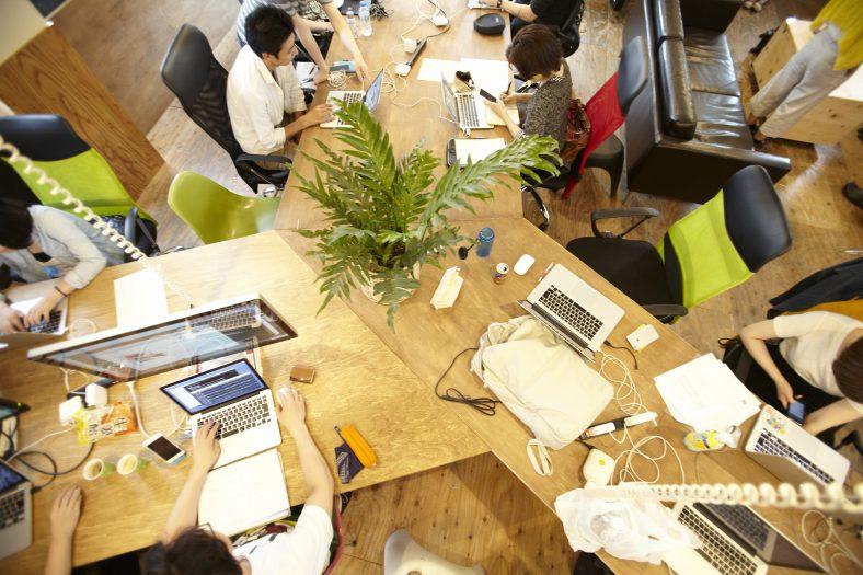 co-ba shibuyaのテーブルで作業する人たち