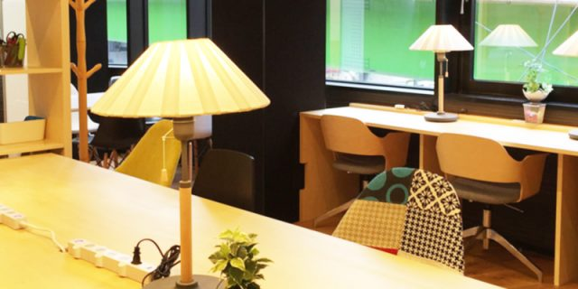 オープンオフィスFORESTのテーブルと灯
